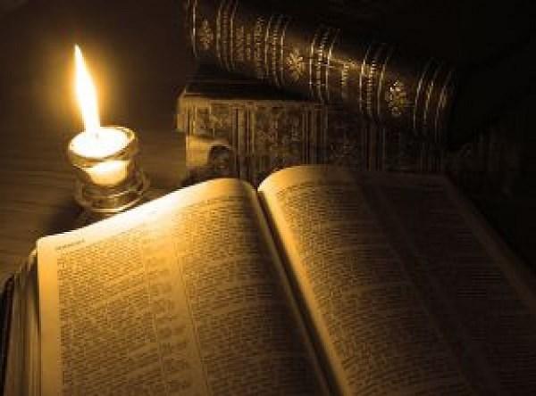 libros-antiguos-con-vela